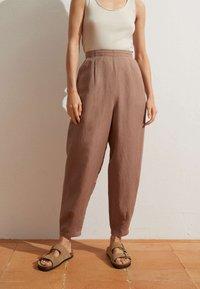 OYSHO - MIT LEINENANTEIL - Trousers - brown - 0