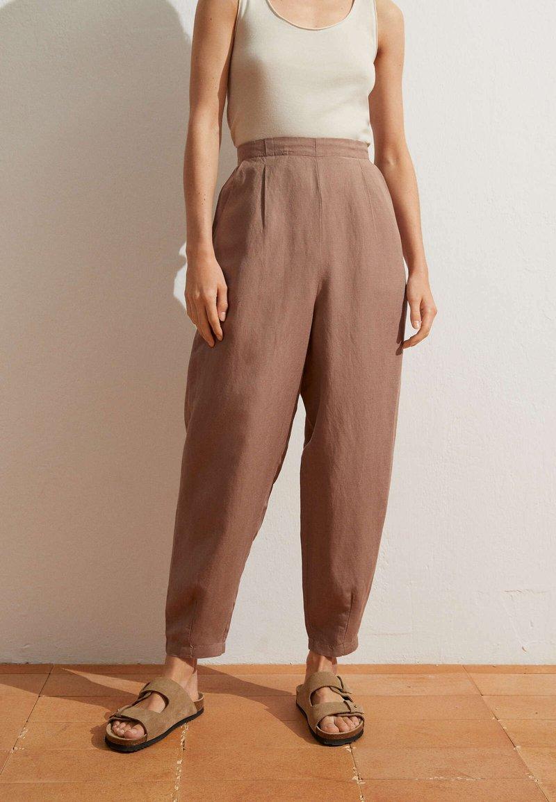 OYSHO - MIT LEINENANTEIL - Trousers - brown