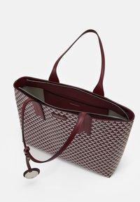 Emporio Armani - FRIDASHOPPING BAG - Handbag - vinaccia/perla - 2