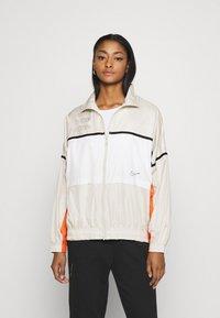 Nike Sportswear - ARCHIVE RMX - Chaqueta de deporte - light bone/white/healing orange - 0