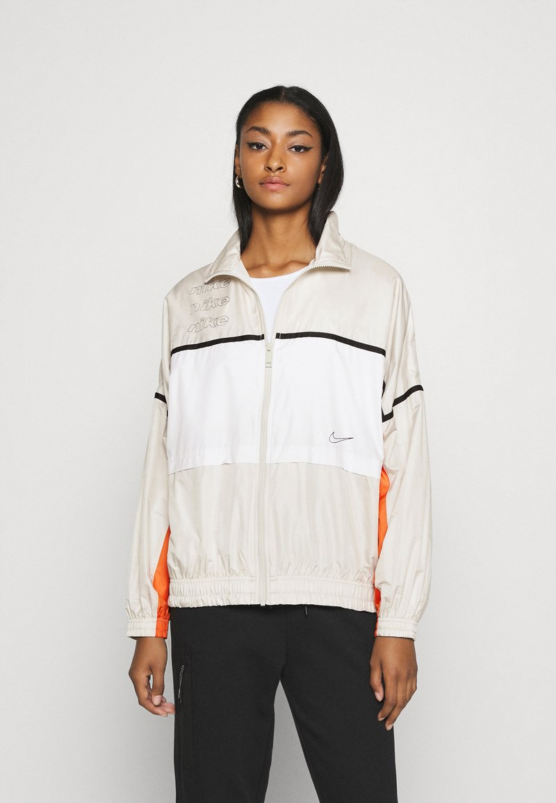 Nike Sportswear - ARCHIVE RMX - Chaqueta de deporte - light bone/white/healing orange
