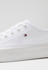 Tommy Hilfiger - OUTSOLE DETAIL FLATFORM - Trainers - white - 2
