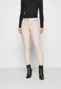 comma - Spodnie materiałowe - sand - 0