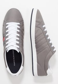 Tommy Hilfiger - ESSENTIAL FLAG DETAIL - Trainers - light grey - 1