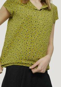 TOM TAILOR - WITH FEMININE NECKLINE - Bluser - green geometrical design - 3