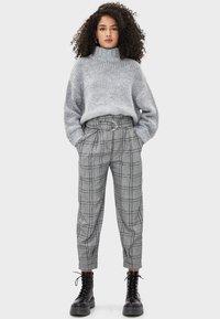 Bershka - MIT GÜRTEL  - Trousers - light grey - 1