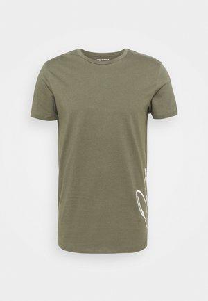 JORSCRIPTT CURVED TEE - Print T-shirt - dusty olive