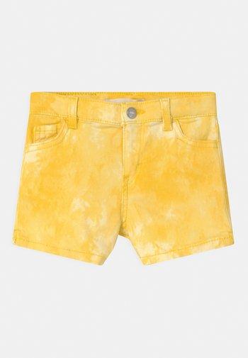 TIE DYE - Džínové kraťasy - golden haze