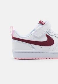 Nike Sportswear - COURT BOROUGH UNISEX - Sneakers basse - white/dark beetroot - 5
