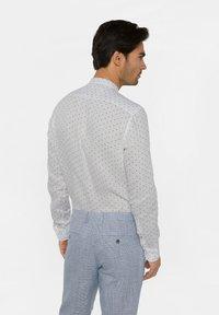 WE Fashion - WE FASHION HERREN-SLIM-FIT-HEMD AUS LEINEN - Camicia - white/blue - 2