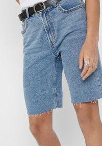 ONLY - JEANSSHORTS ONLEMILY HW LONG - Jeansshorts - light blue denim - 4