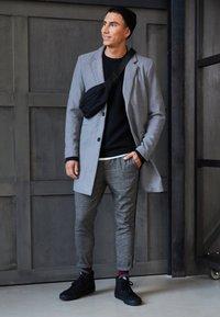 Only & Sons - ONSLINUS PANT CHECKS - Pantalon classique - medium grey melange - 4