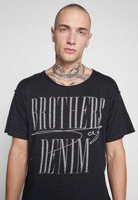 Jack & Jones - JORBODEN TEE CREW NECK - T-shirt med print - tap shoe - 4