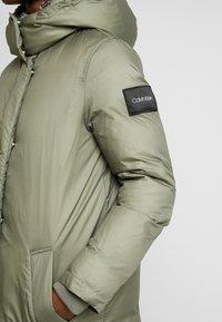 Calvin Klein - CRINKLED PUFFER COAT - Vinterkåpe / -frakk - green - 6