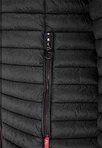 Frieda & Freddies - ALL-SEASON-STEPPJACKE FRIDAY V MIT TAILLIERTER PASSFORM - Down jacket - black - 2