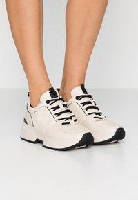 MICHAEL Michael Kors - COSMO TRAINER - Sneakers - ecru - 0