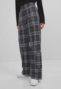 Bershka - MIT WEITEM BEIN  - Kalhoty - grey - 0