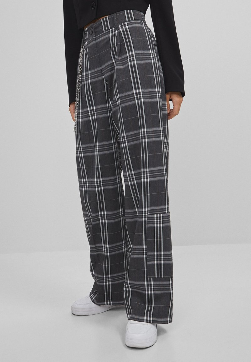 Bershka - MIT WEITEM BEIN  - Kalhoty - grey