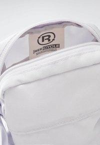 Reebok - Umhängetasche - purple - 3