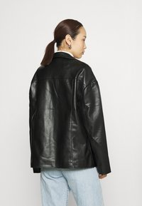 NA-KD - PATCH POCKET JACKET - Faux leather jacket - black - 2