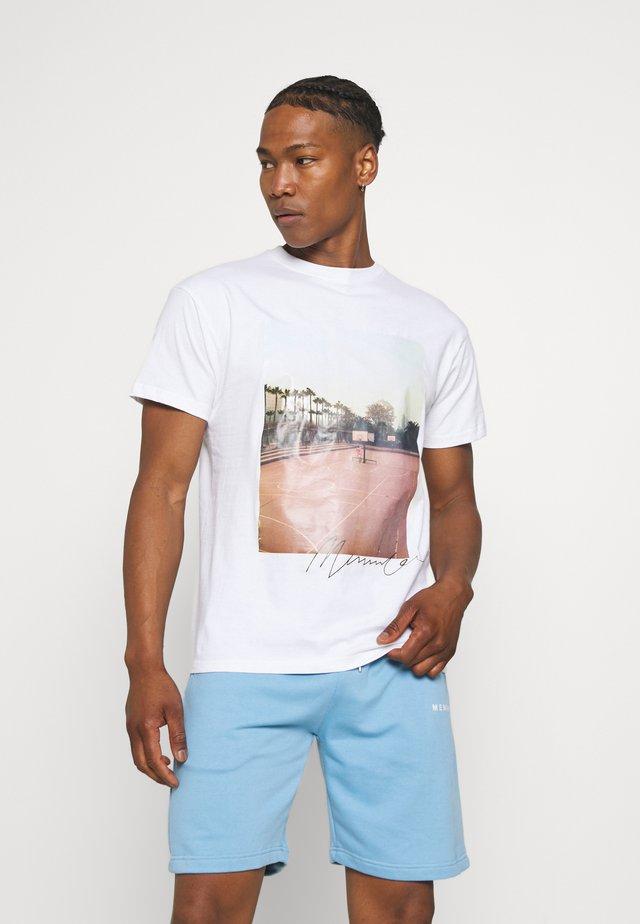 COURTSIDE BASKETBALL REGULAR - T-shirt imprimé - white