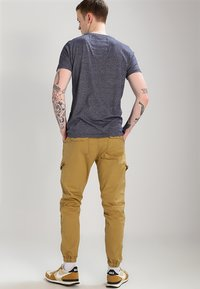 INDICODE JEANS - LEVI - Pantalones cargo - amber - 2