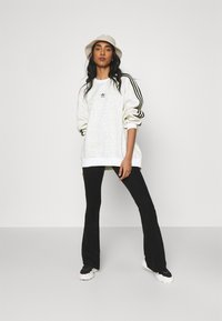 adidas Originals - LEOPARD CREW - Sweatshirt - multco/white/talc - 1