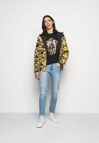 Versace Jeans Couture - T-shirt imprimé - black - 1