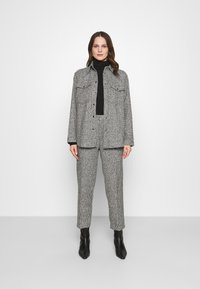 Carin Wester - TROUSERS LOWE  - Bukse - black/white - 1