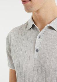 WE Fashion - MET STREEPSTRUCTUUR - Polo shirt - light grey - 3