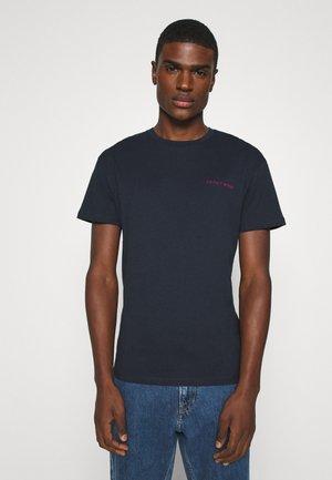 JORBOCHOR TEE CREW NECK - Camiseta estampada - navy blazer