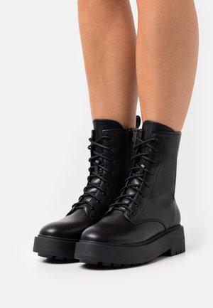PERFECT LACED UP BOOT - Kotníkové boty na platformě - black
