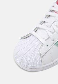 adidas Originals - SUPERSTAR UNISEX - Sneakers laag - white/hazy rose/sky - 5
