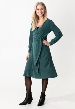 DRESS MAIA - Korte jurk - green