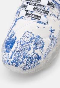 MOSCHINO - Matalavartiset tennarit - white - 6
