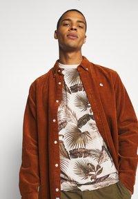 Scotch & Soda - CREW NECK TEE WITH SEASONAL ALL OVER PRINT - Print T-shirt - combo - 3