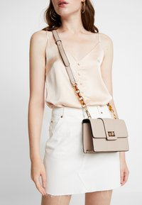Dorothy Perkins - TORT HANDLE CROSSBODY - Sac bandoulière - nude - 1