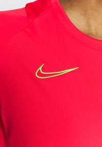 Nike Performance - ACADEMY 21 - T-shirt print - siren red/green strike - 4