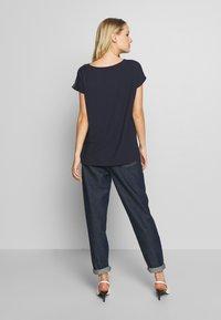 Betty & Co - T-shirt z nadrukiem - classic blue/nature - 2