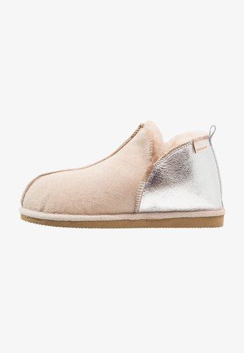 ANNIE - Domácí obuv - honey/silver