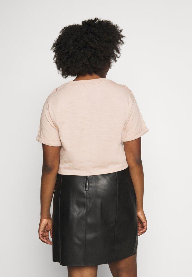 CROP - T-shirt z nadrukiem - ash peach