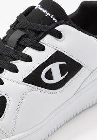 Champion - LOW CUT SHOE REBOUND - Obuwie do koszykówki - white/black - 5