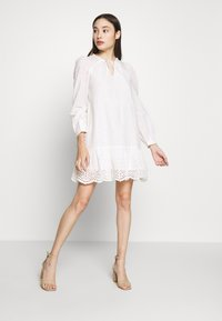Vero Moda Petite - VMOLIVIA  - Robe d'été - snow white - 2
