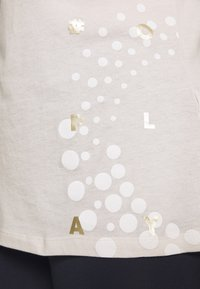 ONLY Play - ONPFLORA - T-shirts med print - lilac ash/white gold - 5