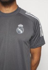 adidas Performance - REAL MADRID AEROREADY SPORTS FOOTBALL - Klubové oblečení - grey five - 5