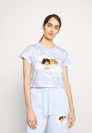 CLOUD ANGELS BOXY CROP T-SHIRT - T-shirt med print - blue