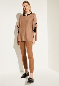 comma - MIT KONTRAST-STREIFEN - Cape - camel melange - 1
