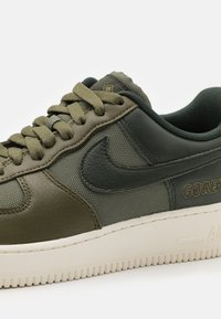 Nike Sportswear - AIR FORCE 1 GTX UNISEX - Trainers - medium olive/deepest green/sail/seal brown - 5