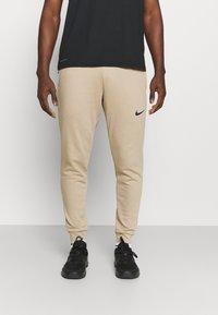 Nike Performance - PANT TAPER - Pantaloni sportivi - khaki/black - 0