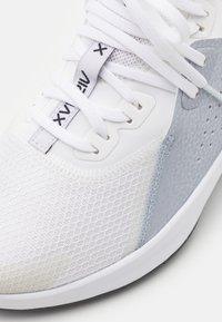 Nike Performance - AIR MAX BELLA TR 3 - Treningssko - white/bright crimson/football grey - 5